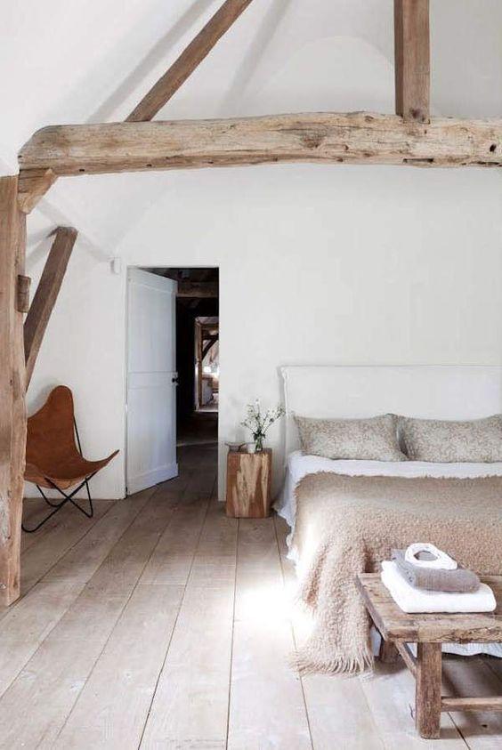 bij een landelijke stijl hoort veel hout vaak bestaat de slaapkamer decoratie uit robuuste en grote elementen